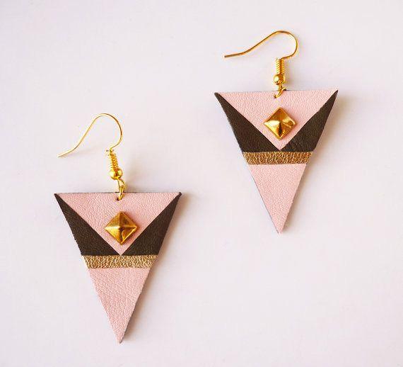 Boucles d'oreilles triangle rose vert foncé doré en cuir recyclé - attaches en acier chirurgical plaqué or - upcycling par Adorness