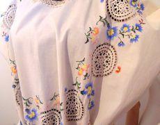 rochie broderie colorata si dantela