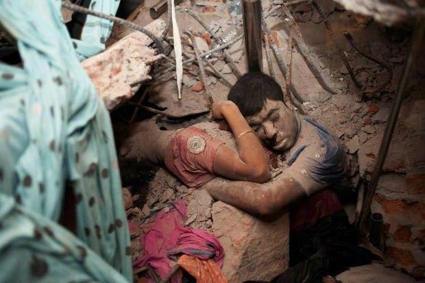 Nos escombros do desabamento do prédio em Bangladesh que matou ao menos 800, um homem e uma mulher foram encontrados abraçados (Foto: Taslima Akhter) http://revistaepoca.globo.com//Sociedade/eliane-brum/noticia/2013/05/um-abraco-em-bangladesh.html