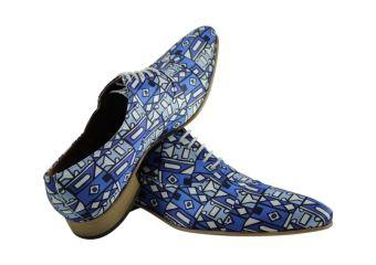 De Azteek Deze intrigerende schoen straalt een en al mysterie en schoonheid uit en gaat terug naar de twaalfde eeuw na Christus, ergens in Midden-Amerika. Het hippe motief matcht goed met de hedendaagse mode. Draag hier een spijkeroverhemd of lichtblauw effen overhemd op en je dag kan niet meer stuk. Deze schoen mag niet in je collectie ontbreken.