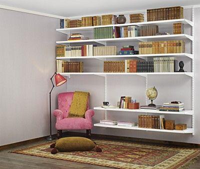 Olohuoneen lukunurkka. Valkoinen Elfa Décor -kirjahylly. Asenna kantokiskolla ja riippukiskoilla tai seinäkiskoilla, kuten kuvassa.