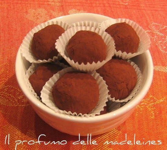 Ingredienti per circa 35 tartufi  200 gr di cioccolato fondente 130 gr di cioccolato al latte 200 ml di panna per dolci 2 cucchiai di rhu...