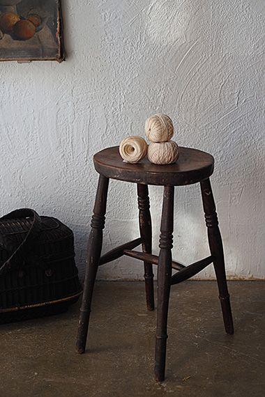 楡のスツール-antique oval stool 座面の裏側にもペンキが飛んだ跡、絵描きさんのアトリエで使われてきた腰掛けでしょうか。ホゾ組みのみ、シンプルな構造は将来の想定も容易に。接合部が緩んだら外して組み直し、気を長くして付き合う余裕のマインドを保って。座面のサイズはw335 d260です。