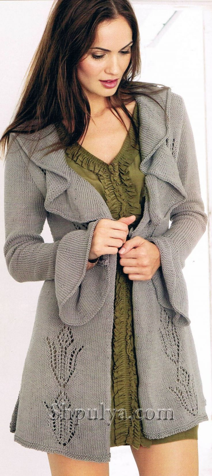 Короткое пальто с ажурным узором, вязаное спицами