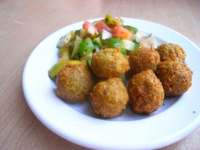 4 συνταγές για Nηστίσιμα κεφτεδάκια  Κεφτέδες θαλασσινών    ΥΛΙΚΑ  500 γρ. καλαμαράκια  500 γρ. χταπόδι  5 φέτες ψωμί μπαγιάτικο (χωρίς την κόρα)  1 κρεμμύδι ψιλοκομμένο  1 ματσάκι μαϊντανό ψιλοκομμένο  αλάτι  φρεσκοτριμμένο πιπέρι  αλεύρι για το τηγάνισμα  ελαιόλαδο για το τηγάνισμα  EΚΤΕΛΕΣΗ    Κόβουμε τα καλαμαράκια και το χταπόδι σε μικρά