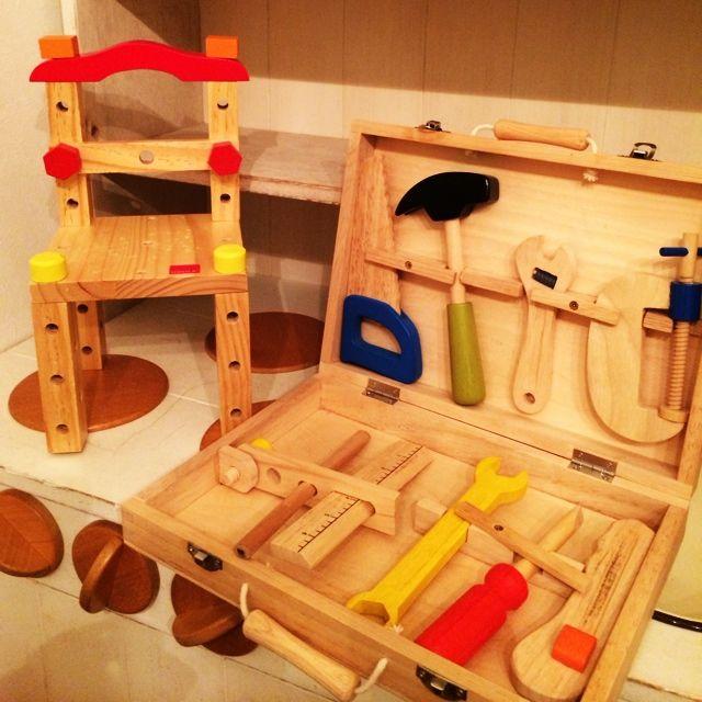 女性で、3LDK、家族住まいのおままごとキッチン/息子の今日の作品/4歳息子の工具セット/コンテスト参加中☆/工具…などについてのインテリア実例を紹介。「4歳の息子の工具セット*パパとママのDIYを見ていつもやりたがっていた息子が4歳の誕生日プレゼントに工具セットをプレゼントしました(*^_^*)毎日、トントンネジネジいろいろ考えながら息子なりに作品を作ってます(*^_^*)パパとママの真似をして、工具もちゃんとキレイに片付けて大切に使ってくれて、見てるこっちが嬉しくなります(*^_^*)」(この写真は 2014-05-24 21:55:49 に共有されました)