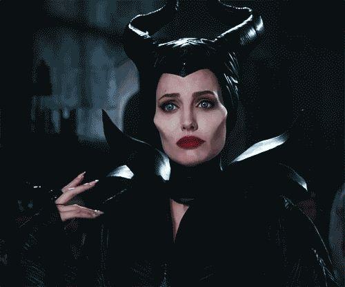 Angelina Jolie teve um GRANDE papel no desenvolvimento do look da Malévola para o filme. Seus chifres foram feitos por artesãos especializados em artigos de fetiche.