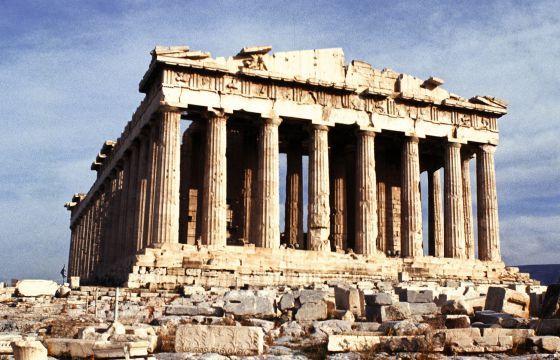 """El Partenon surgió entre 442 y 432 a. C. convertida primeramente en blzantina después convertida en catedral de iglesia católica y luego convertida en mezquita, se conservo en buen estado hasta 1687 antes del bombardeo de veneclano lo que lo destruyo. National Geografic España(2014)""""El partenon"""""""