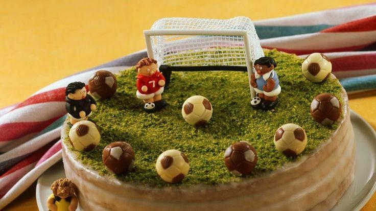 Perfekt fürs Spiel: Fußballtorte | http://eatsmarter.de/rezepte/fussballtorte
