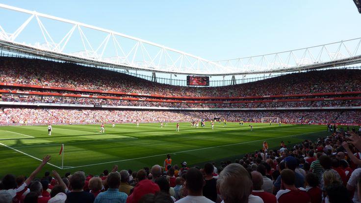El Emirates Stadium es el tercer mayor estadio de fútbol de Inglaterra, después del mítico Old Trafford y del ultramoderno Wembley, y por tanto el segundo más grande de Londres. El Emirates está situado en el norte de Londres, en el barrio de Ashburton Grove