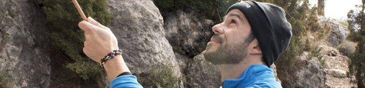 KUNZITA quiere homenajear a esos hombres que tienen un afán de superación alto, que a lo largo de sus vidas no dejan ponerse retos, como Dick Basa que tuvo la brillante idea de ser el primer ser humano en alzarse sobre las cumbres más altas de cada continente del planeta y fué el primer alpinista de la historia que completa el desafío. KUNZITA crea estas 7 joyas con el máximo mimo y respeto que se  merece cada cumbre. ¿Te sientes identificado?