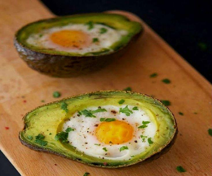 Huevos al horno con aguacates, receta fácil con pocos ingredientes y muy nutritiva.Una forma diferente de probar los aguacates, combinados con huevo.