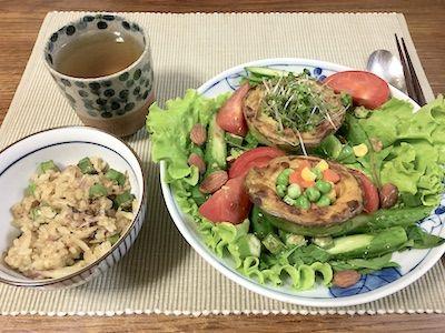 フライドアボカドボウルハワイ料理です。アボカドをフライしてそれをボウルにしてミックスベジタブルやスプラウトを入れた料理ですたっぷりのサラダと一緒にごはんはクロレラ米のオクラチャーハン