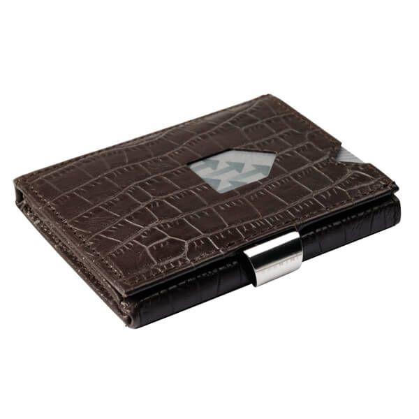 Design-ul scandinav al portofelului Exentri combină dimensiunile reduse ale unui port card cu dotările esențiale ale unui portofel clasic. Dispune de 6 spații pentru stocarea cardurilor, precum și de o secțiune separată pentru bancnote, iar cu o simplă mișcare a degetului aveți acces instant la cardurile cele mai des folosite.  Exentri este o companie norvegiană, cu o tradiție de peste 20 de ani în domeniul accesoriilor fashion.  Toate portofelele Exentri vin ambalate în cutii elegante și…