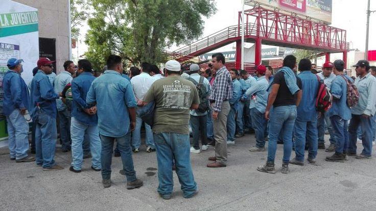 Trabajadores de Sideapa realizan plantón.