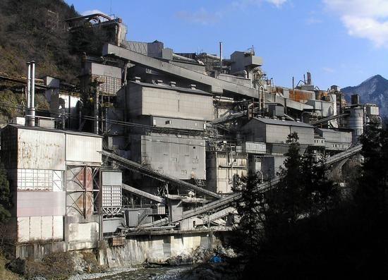 橋の上より奥多摩工業を眺める。