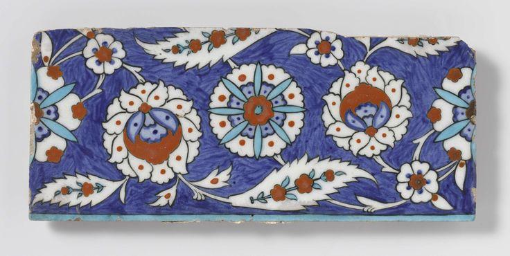 Anonymous | Tegel met bloem- en bladmotieven, Anonymous, 1550 - 1600 | Kwarts-fritgoed  met lood tegel gedecoreerd met bloem en blad in blauw, turquoise, rood en zwart onder transparant lood-alkali-tinglazuur.