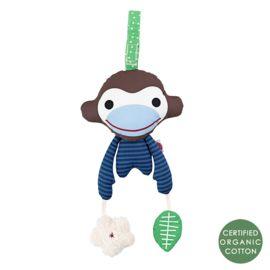 Babyspeeltje in de vorm van een vrolijke aap van het Deense design merk Franck & Fischer. In zijn ene hand heeft hij een balletje waar een belletje in zit en in de andere hand een sterretje met een knispertje. Door de ophanglus (lengte 15 cm.) is hij makkelijk te bevestigen in de box, maxicosi of kinderwagen. Het aapje is met de hand gemaakt volgens fairtrade richtlijnen en is van 100% biologisch katoen