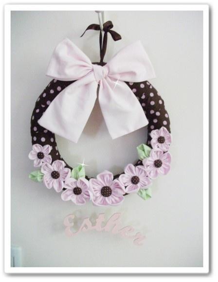 Guirlanda para porta de maternidade em marrom com rosa poa e aplicação de flores de fuxico. Nome em recorte a laser em mdf pintado. Fazemos em outras cores, consulte. R$80,00
