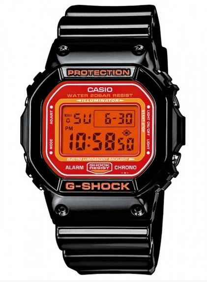 Montre Casio G-Shock, couleur orange et noir, boîtier et bracelet en plastique.