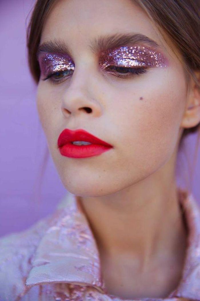 mode des année 80 maquillage brillant des yeux en violet et lèvres rouges corail