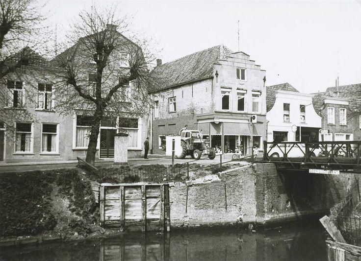 Noordhaven 116, 118, 120 het café van C.L.L. Geleijns en 122. Gezien vanaf de Zuidhaven in de richting van de Nieuwe Brug met de Brugstraat