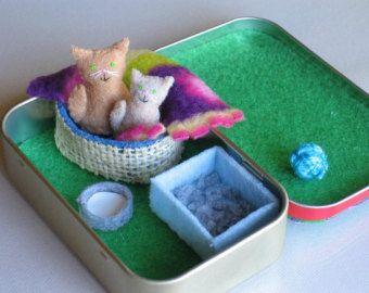 Kat en kitten gevuld dierlijke miniatuur in pepermuntje tin playset-bed deken melk kom en strooisel vak