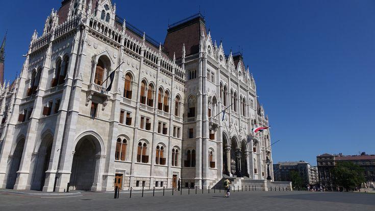 https://flic.kr/p/ywYCck | Hongire : Budapest, Parlement hongrois | Le parlement hongrois est un vaste bâtiment, inauguré au début du XXe siècle, situé sur la rive orientale du Danube à Budapest. Depuis 1902, il est le siège de l'Assemblée nationale de Hongrie et héberge à ce titre les services parlementaires ainsi que la Bibliothèque de l'Assemblée nationale de Hongrie. Cet édifice, dont les volumes s'organisent autour du dôme central, possède une façade néo-gothique mais un plan au sol…