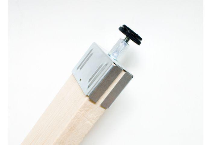 2×4材という木材の先にこのPILLAR BRACKETというパーツを取り付けると、簡単にお部屋の中に柱をつくることができます。いわゆる突っ張り棒を床と天井に垂直に取り付けるイメージです。