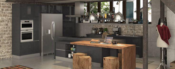 Que pensez-vous de cette cuisine sans poignées? Les meubles à portes brillantes et la table en bois massif conviennent parfaitement dans ce loft industriel.