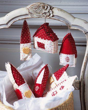 Sujets de Noël en forme de maisonnettes cousues en tissus rouges et blanc étoilés (Subjects of Christmas: shaped houses of fabric sewn red and white. ) I love the little houses !!