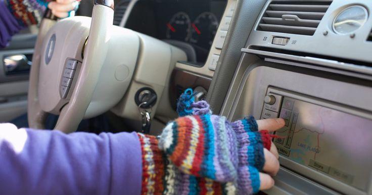 Como tricotar luvas sem dedos. Luvas sem dedos também são chamadas de polainas, aquecedores de punho ou luvas para dirigir. Elas mantêm o punho e a palma das mãos livres enquanto permitem a utilização dos dedos livremente. Um novelo volumoso ou de fios espessos e agulhas de tricô nos tamanhos 10.5 ou 11 vão transformar este projeto em uma tarefa fácil de ser completada. ...