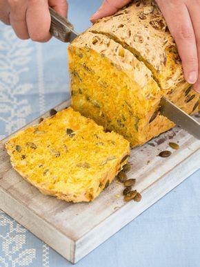 Coś innego niż zwykle – domowy chleb dyniowy. Proste w przygotowaniu, niezwykle aromatyczne i wyjątkowo smaczne pieczywo urozmaici każde śniadanie. :)