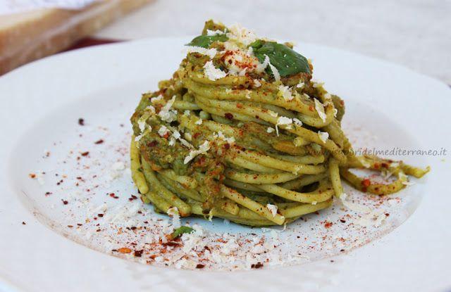Spaghetti con fiori di zucca, pesto e crema di parmigiano