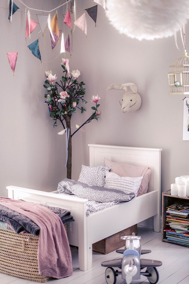 Is there any better way to welcome spring than a kids' room specially decorated for the occasion? If you had to show spring in the children's room, we are sure that the result will be something like this one. Light and funny tones, flowers and lots of light…the perfect atmosphere for your little one's bedroom. …