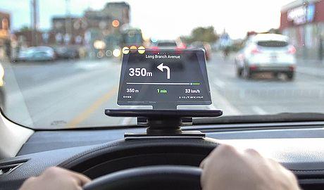 hudify verwandelt jedes smartphone in einen head up display. in zeiten, in denen unsere handys immer leistungsfähiger werden (gps, schnellem prozessor, großer bildschirm, mobiles internet, beschleunigungssensor uvm.), fehlte nur noch ein gerät, welches sie in einen head up display verwandelt. dabei arbeitet das gadget eng mit der navmii-app zusammen, die auch offline karten anbietet, um datenvolumen zu sparen.