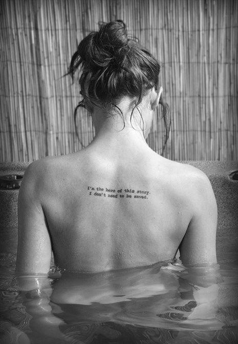 collection de tatouages phrase en mots dans le dos femme