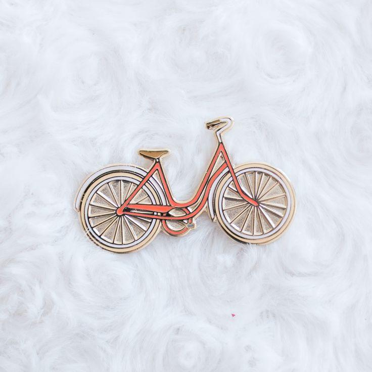 Faisant partie de la collection printanière, ce pin's émaillé bicyclettesera parfait sur votre robe préférée, une veste en jean ou bien un joli tote bag. Il vous donnera sans aucun doute des envies de voyages et de grandes balades à travers champs !Pensé et dessiné à la main avant d'être produit sur un support métallique doré puis émaillé, les couleurs ont été soigneusement choisies pour parfaire n'importe quelle tenue ou bien juste pour remplir votre collection de pins.Détails :...