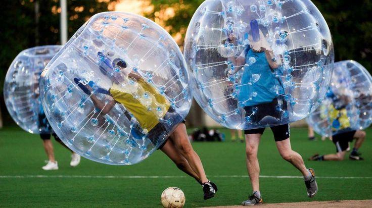 Bubble Football en Seattle: consiste principalmente en mantenerse en pie. De 8 a 10 jugadores se enfundan en burbujas gigantes de plástico las reglas son las mismas que en el fútbol sala tradicional. (AP)