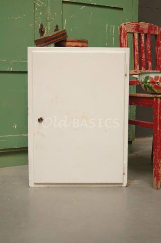 Wandkastje 80015 - Oud wandkastje die nog in de oorspronkelijke staat verkeert. Het witte kastje heeft aan de binnenzijde veel legplankjes waardoor ervoldoende ruimte is om spulletjes in op te bergen. Dit kastje is bijvoorbeeld erg handig te gebruiken als medicijnkastje in de badkamer.