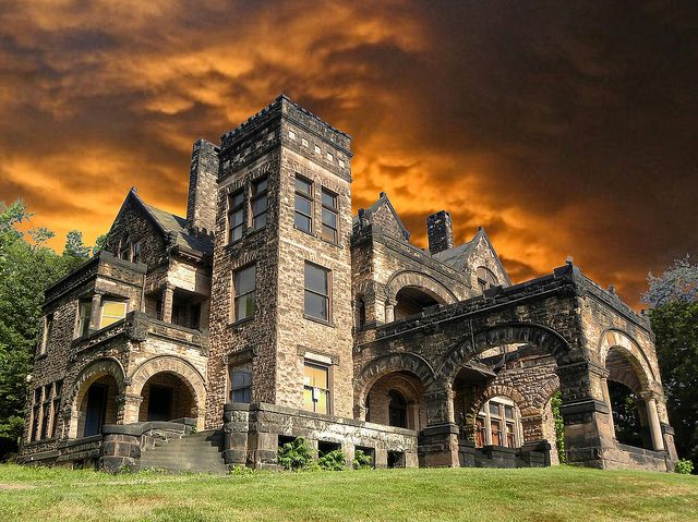 PA abandoned mansion. Im so sure... If its abandoned, why not just move in? I mean if no one wants it! lol..