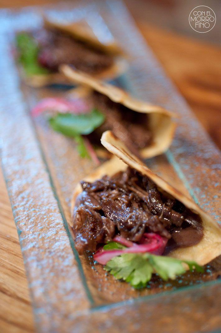 Restaurante Lua, taco de rabo de toro, con puré de alubias y cebolla roja encurtida con hojas de cilantro,
