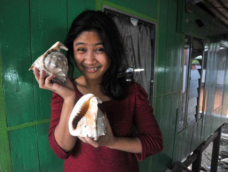 Kerang Souvenir. Tini (20) seorang gadis pantai Parre menunjukkan kerang dari laut di jalan Poros Parre Lumpue Makassar Senin (10/12). Kerang dijual untuk souvenir dengan harga Rp. 10.000,-/perbuah (Sinar Goro Belawan)