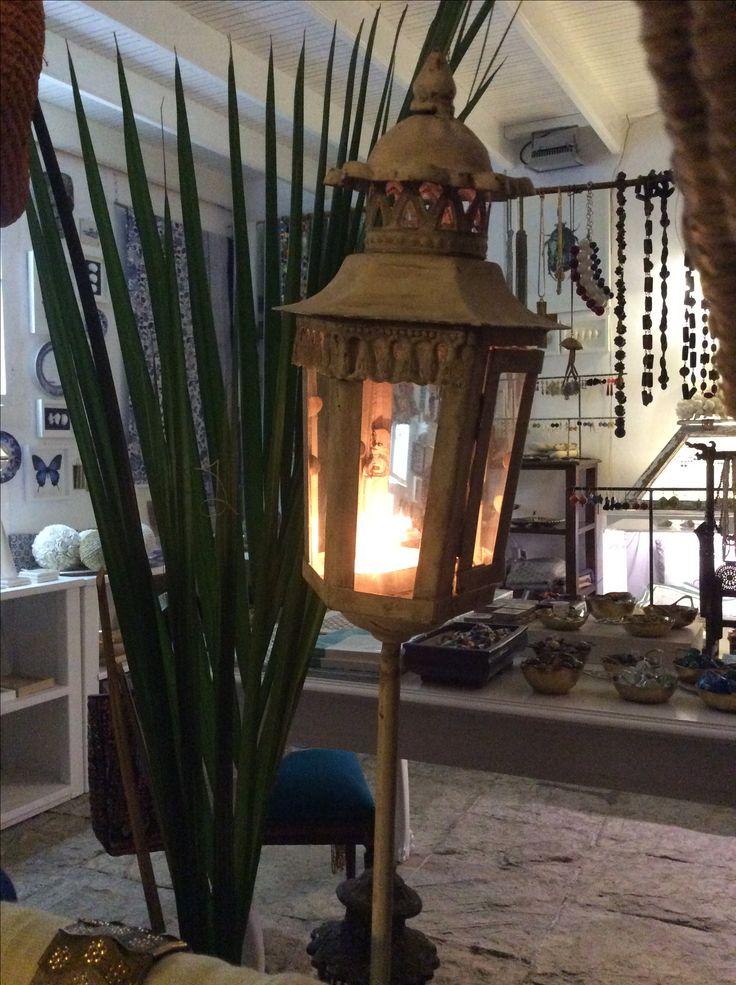Lanterna da giardino con piantana per essere conficcata nel terreno.