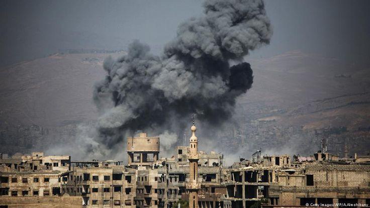 """Combatientes leales al régimen de Bashar al Assad bombardearon un feudo rebelde cerca de Damasco sólo un día después del alto el fuego declarado en ese mismo lugar con miras a crear """"zonas de distensión"""" en Siria."""
