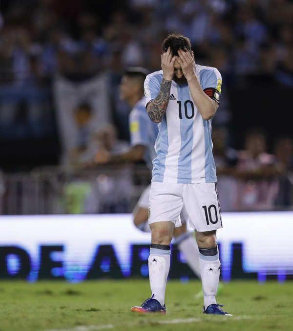 Cuatro partidos de sanción para Messi La Comisión Disciplinaria de la FIFA ha acordado imponer cuatro partidos de suspensión con Argentina y una multa de 10.000 francos suizos a Lionel Messi, capitán de la selección albiceleste, por pronunciar palabras injuriosas contra un asistente en el partido contra Chile de las eliminatorias de Rusia 2018. En la imagen, Messi se lamenta de un fallo durante ese encuentro. (David Fernández / EFE)...