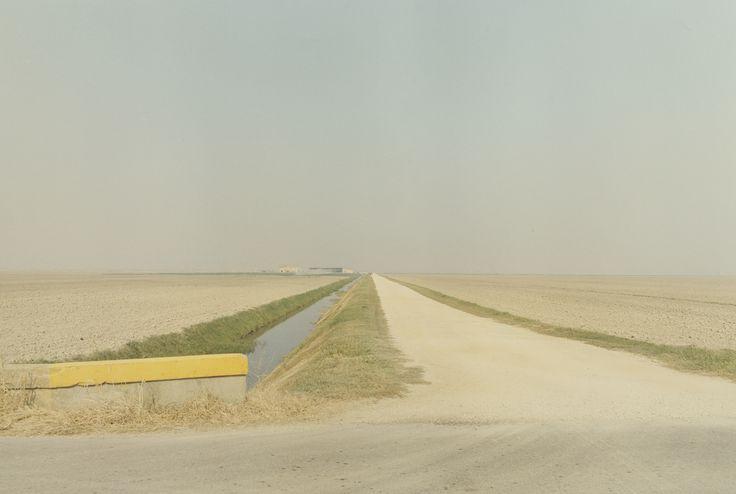 Luigi Ghirri-la malinconia che si sprigiona da un paesaggio deserto, il silenzio che traspare, la luce (sembra la luce di mezzogiorno?), la solitudine