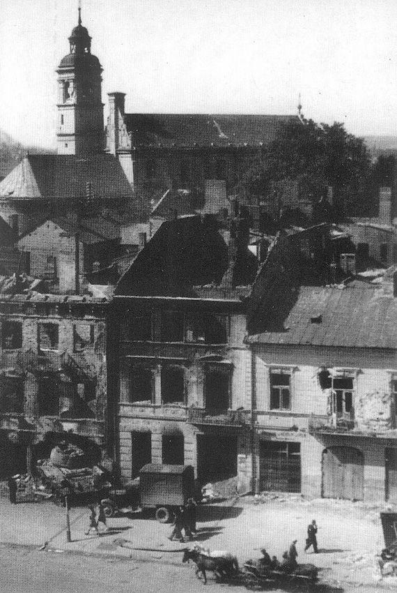 Rok 1944 ul. Królewska. Podczas walk o Lublin, płonący, sowiecki czołg wjechał w bramę budynku. Kamienica doszczętnie się spaliła. W latach następnych ten wypalony budynek oraz sąsiedni - zostały rozebrane.