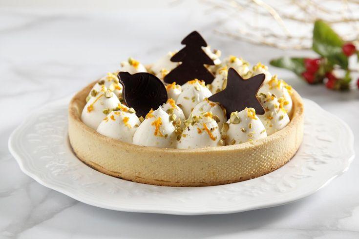 In una ciotola, amalgamate il burro con lo zucchero. Aggiungete le uova, la farina di nocciola e la farina 00 e mescolate. Una volta ottenuto un composto...