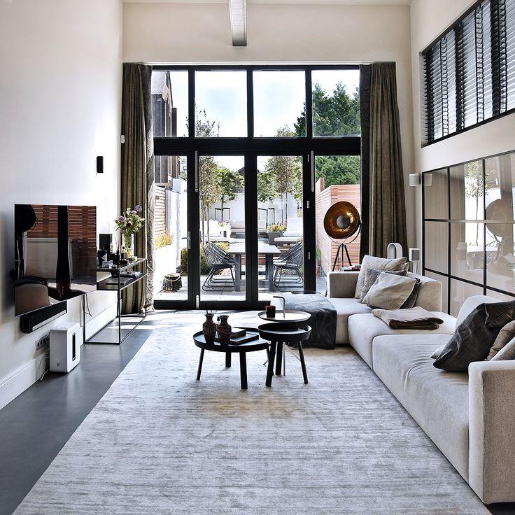 • VIELFALT • Die Farben an den Wänden sind zartgrau mit weißen Fußleisten als ästhetischen Akzent. Die Decke ist zwei …